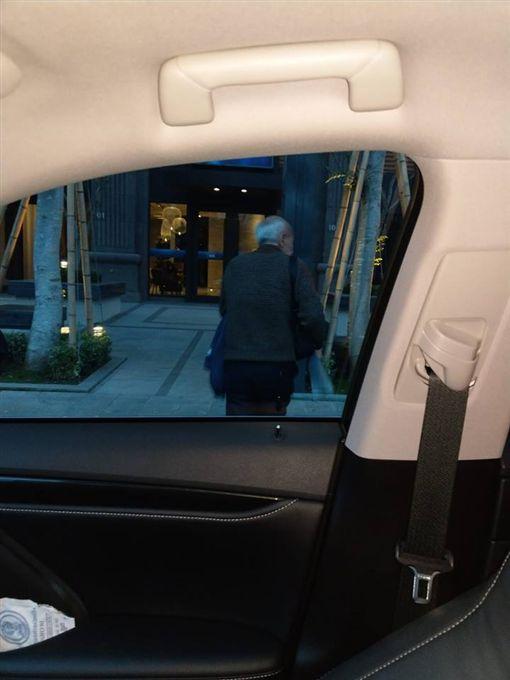 台灣最美的風景是人!台中一名男子昨(11)日下班時,遇到一名疑似失智的老翁,他不忍對方要走很遠的路回家,於是好心開車送他,結果意外聽到對方驚人的自我介紹。後來原PO成功將老翁送到家,並感慨地說:「希望老伯伯的家人能多注意一下好嗎?」(圖/翻攝自爆怨公社)
