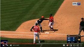 ▲卡布雷拉(Miguel Cabrera)藏球牽制雙城一壘跑者出局。(圖/翻攝自All Sports Highlights)