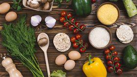 白米飯,家庭聚餐,聚餐,五穀雜糧,蔬果(圖/freepik) https://www.freepik.com/free-photo/overhead-view-rice-grains-polenta-puffed-rice-cake-vegetables-wooden-table_3948206.htm