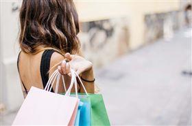 女星名店購物凹打折 被店員問名字…秒發飆:叫妳經理出來(圖/PIXABAY)