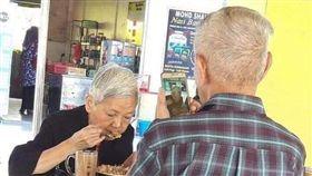 阿公眼裡只有阿嬤,吃飯狂拍照記錄。(圖/翻攝自爆廢公社)