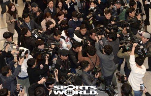 鄭俊英入境回韓國在機場遭大批媒體包圍。(圖/翻攝自SBS)