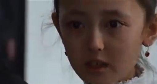 中國抓她全家關集中營,新疆小女孩勇敢受訪傷心落淚(圖/翻攝自只是堵藍臉書)