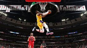 NBA/湖人贏了!詹皇秀驚天爆扣 NBA,洛杉磯湖人,LeBron James,芝加哥公牛 翻攝自NBA官方推特