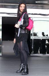 日本男神木村拓哉16歲大的2女兒木村光希(KoKi)一身黑色皮衣,搭配粉色小牛皮後背包亮麗現身,首度來台飛抵松山機場。(記者邱榮吉/攝影)