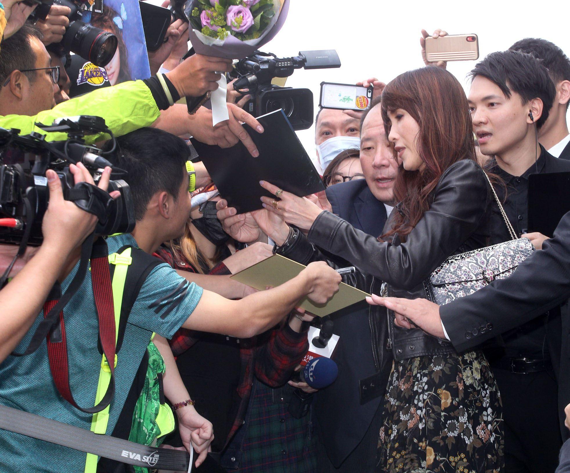 凍齡的天王嫂工藤靜香陪同2女兒木村光希(KoKi)來台,親切的幫粉絲簽名。(記者邱榮吉/攝影)