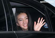 木村光希(KoKi)搭車離開時向大家揮手致謝。(記者邱榮吉/攝影)