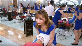 越南理髮店,正妹美髮師全身服務。(圖/翻攝自Youtuberはい べチャン)
