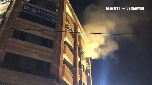 彰市大樓火災救出4人 疑有住戶受困逐層搜索中
