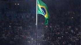 LF 里約奧運開幕式 升巴西國旗 2016巴西里約奧運5日(當地時間)於馬拉卡納體育場舉行開幕式,在吉貝托吉爾(Gilberto Gil)領唱巴西國歌聲中將巴西國旗升起。 中央社記者徐肇昌里約攝 105年8月6日