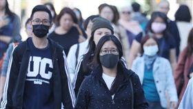 空品不佳 民眾外出戴口罩防護根據環保署空氣品質監測網,29日雲嘉南、高屏、金門及馬祖地區都有測站空氣品質指標(AQI)達到對敏感族群不健康的橘色等級。圖為走在台北街頭的民眾戴起口罩防護。中央社記者吳翊寧攝 107年10月29日