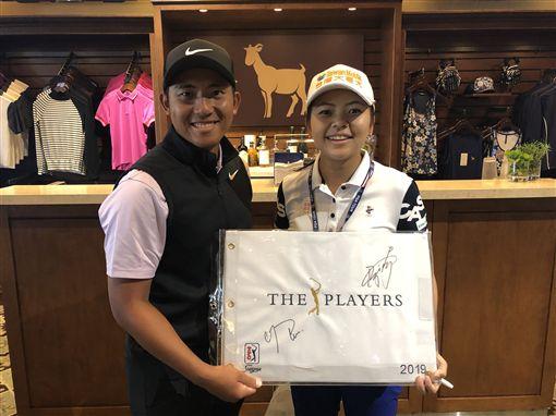 ▲台灣一姊徐薇淩(右)也當起粉絲要簽名。(圖/PGA TOUR提供)