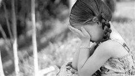 小女孩哭泣,難過,摀臉(圖/翻攝自pixabay)