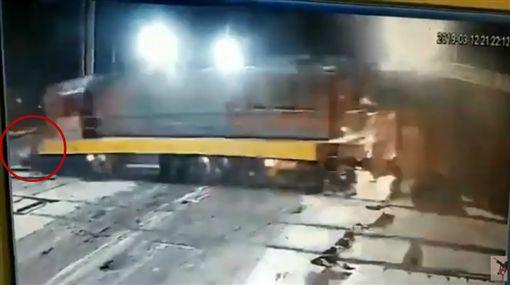 俄羅斯,母子闖平交道遭火車撞飛(圖/翻攝自YouTube)