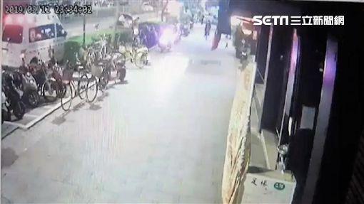 台北市1名李姓老翁想搭霸王車,與邵姓司機爆發肢體衝突,雙方打到頭破血流,所幸經路人與警方及時阻止,這場鬧劇才得以落幕(翻攝畫面)
