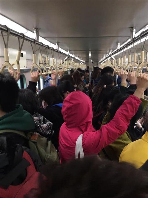 台鐵基隆站號誌故障!電纜線槽冒煙 站內車廂堆滿人(圖/翻攝爆料公社)