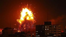 以色列軍方對加薩走廊的哈瑪斯(Hamas)設施發動空襲。(圖/翻攝自推特)