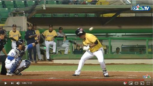 ▲林智勝被林羿豪的觸身球擊中頭部。(圖/翻攝自CPBLTV)