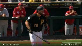 ▲海盜捕手瑟維里(Francisco Cervelli)挨觸身球假裝要衝上投手丘。(圖/翻攝自Back to MLB)