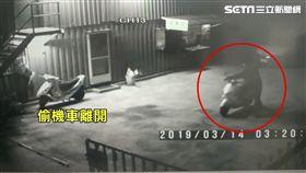 許姓騎士,3月14日凌晨跑進拖吊場裡,想把自己機車偷騎出去。