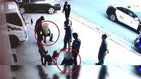 台中一名63歲廖姓男子,是土木工程大包商,過年前付了20萬給林姓男子,但控訴對方沒將工程完成,雙方爆發激烈衝突。