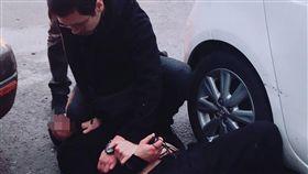 基隆通緝犯逃逸害警傷 最終鑽入死巷遭逮基隆市一名遭通緝的蘇姓男子(臥地者)日前開車遭警方盤查,先假意配合隨後高速駛離,員警遭拖行受傷,警方2小時後將蘇男逼進死巷內壓制逮人,訊後送辦。(翻攝照片)中央社記者王朝鈺傳真 108年3月15日