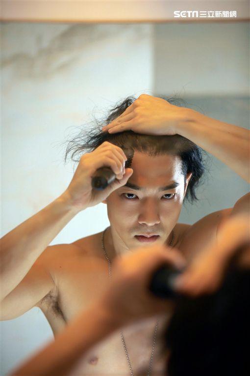 王大文為新歌MV痛剪3年長髮。(圖/環球提供)