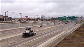 美國德州,巨石,公路,砸死 圖/翻攝自YouTube