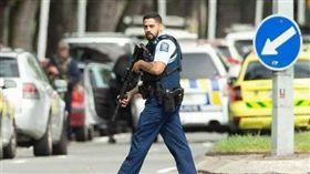 紐西蘭清真寺遭恐怖份子持槍攻擊,49人不幸喪命。槍手透過臉書直播長達17分鐘的大屠殺現場畫面在社群網站廣為流傳,社群網站被動成為恐攻共犯,也讓網路改革呼聲再起。(圖/翻攝自@CapitalTV_News推特)