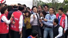 ▲韓國瑜貼身主播與女記者互相推擠、卡位。(圖/翻攝自焦糖哥哥臉書)