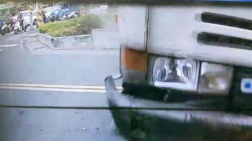 高雄,烤鴨店,休旅車,水泥預拌車,車禍,衝撞。翻攝畫面