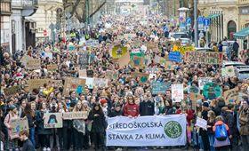 全球數萬名學生今日離開課堂,透過全球罷課活動,抗議政府對氣候變遷毫無作為,並稱氣候變遷「比佛地魔更可怕」。(圖/翻攝自Greta Thunberg Twitter)