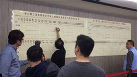 ▲鄭世維團隊不斷寫下目前票數,不過鄭的票數一路落後。(圖/記者林仕祥攝)