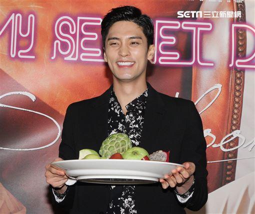 韓國男星成勛與媒體見面會對於台灣水果讚不絕口,對釋迦更是一見鍾情。(記者邱榮吉/攝影)