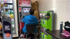 男子坐在超商ATM前/爆廢公社