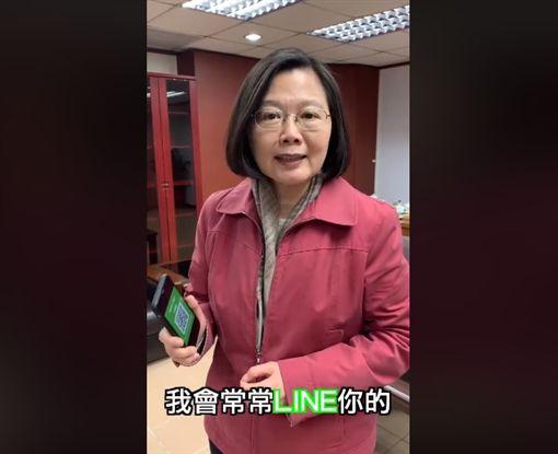 國家級網紅!蔡英文揪朋友加Line 搭配抽獎接地氣(圖/翻攝自蔡英文臉書)