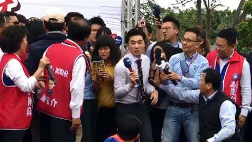 與女記者搶卡位爆推擠…韓國瑜貼身主播(王又正)圖翻攝自王又正臉書