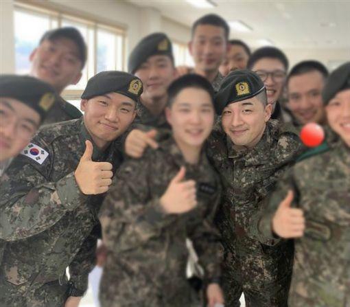 「BIGBANG」軍中服役的 太陽、大聲 跟軍中同僚合照。推特