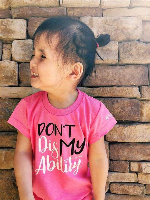 收養「銀眼」孤兒…被罵怪物!美國養父母決定摘除她雙眼圖/翻攝自 Eryn Austin 臉書