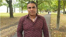 紐西蘭大屠殺…勇父拿「信用卡刷卡機」力抗持槍兇手打跑他(圖/翻攝自《紐西蘭國家廣播電台》)