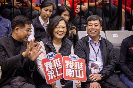 蔡英文總統17日下午現身HBL高中籃球聯賽甲級聯賽冠軍賽。(圖/翻攝蔡英文臉書)