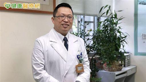 黃光永主任指出,乾癬其實是個年輕的疾病,大約好發在30歲左右,但其實全年齡層都可能產生乾癬問題。