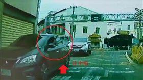擋車,平交道,火車,中指,影片(圖/翻攝畫面)