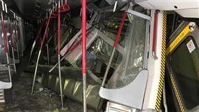 香港地鐵相撞(1)香港地下鐵路18日凌晨發生事故,兩列沒有載客的列車在測試訊號時相撞,兩名司機受傷。從照片中可看見列車車廂遭嚴重毀損。(香港地鐵提供)中央社記者張謙香港傳真 108年3月18日