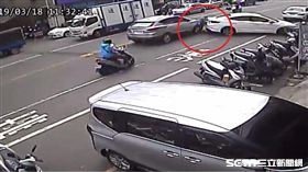 彰化轎車倒車暴衝釀2傷/翻攝畫面
