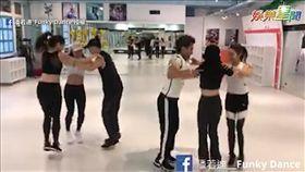 潘若迪教號召大家一起跳「三角舞」。(圖/潘若迪_Funky Dance臉書授權)
