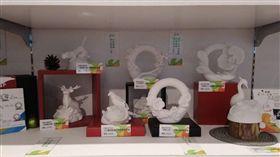 臺中花博活動開跑以來,紀念品的銷售相當熱門,除了小物及生活日常用品之外,紀念品團隊,也跨界和本土藝術品牌合作,1999年創立的「筌美術」,就是其中之一,是由首傑藝術事業有限公司創辦人廖述昌,一手打造的品牌,2002年進軍國際,現在在全台灣經銷點,多達二十多個,叱吒業界三十餘年,相當不簡單。