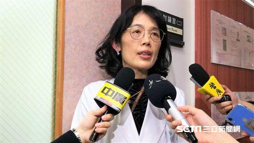 台北榮總教學部部主任楊令瑀說明北榮首創虛擬實境對氣切與插管患者及其家屬的幫助。(圖/記者楊晴雯攝)