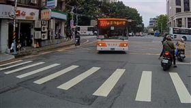 公車,右轉,停,手勢,紅綠燈,307,客運,行人,禮讓,斑馬線,爆廢公社 圖/翻攝自爆廢公社