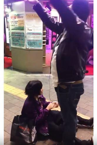 正妹新宿逛街遭癡漢強摟,舌頭瘋狂「舔臉」嚇到她崩潰啜泣。(圖/翻攝自YouTube)